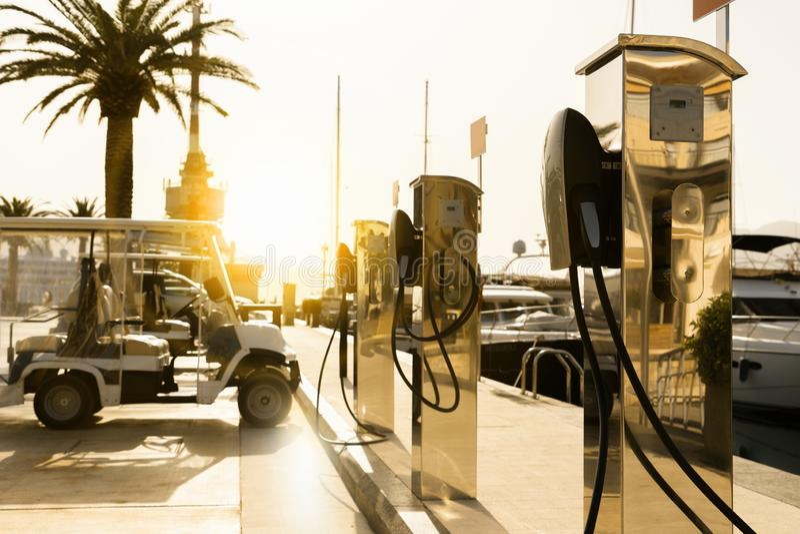 Ηλεκτρικός σταθμός χρέωσης αυτοκινήτων στοκ εικόνες