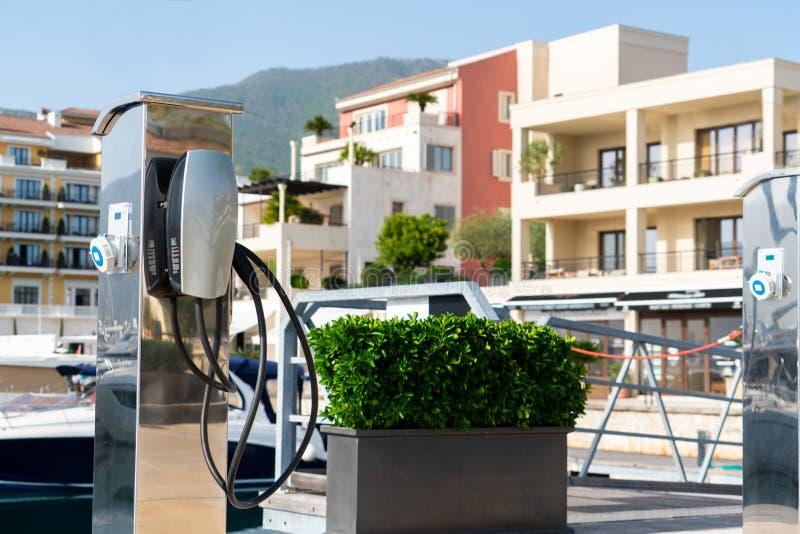 Ηλεκτρικός σταθμός χρέωσης αυτοκινήτων στοκ εικόνα με δικαίωμα ελεύθερης χρήσης