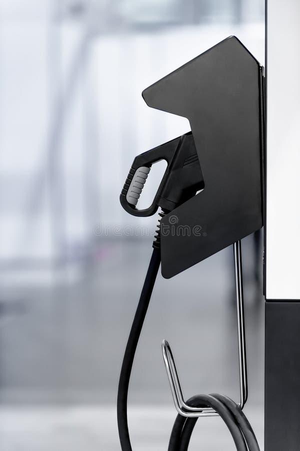 Ηλεκτρικός σταθμός χρέωσης οχημάτων με το βούλωμα του ανεφοδιασμού καλωδίου τροφοδοσίας για το αυτοκίνητο της Ev στοκ εικόνα