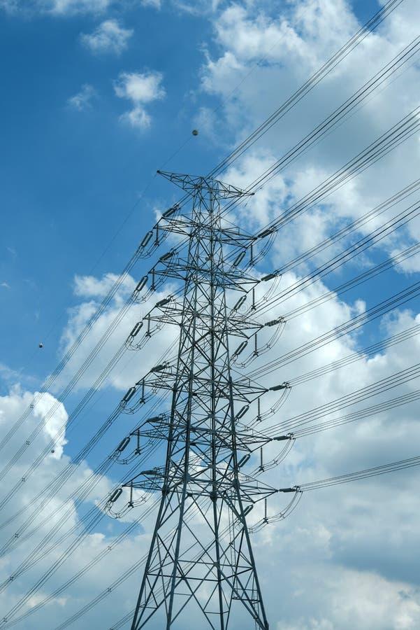 Ηλεκτρικός στύλος υψηλής τάσης μπλε συννεφιά ουρανός στοκ φωτογραφία
