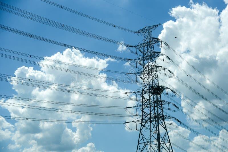 Ηλεκτρικός στύλος υψηλής τάσης μπλε συννεφιά ουρανός στοκ εικόνες