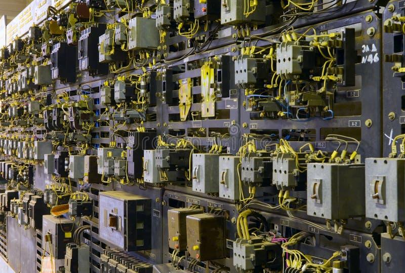 ηλεκτρικός υπόγειος θάλαμος μετασχηματιστών ελέγχου κονσολών στοκ εικόνα με δικαίωμα ελεύθερης χρήσης