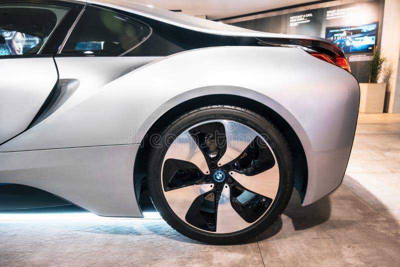 Ηλεκτρικό αθλητικό αυτοκίνητο της BMW i8 ροδών αυτοκινήτων κινηματογραφήσεων σε πρώτο πλάνο με το λογότυπο στοκ φωτογραφίες