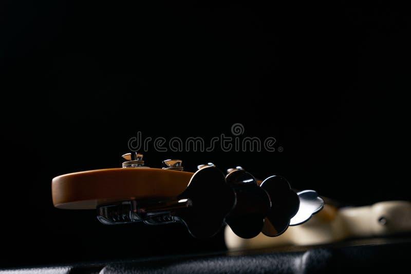 Ηλεκτρικό βαθύ σταθερό μέρος τόρνου κιθάρων στη μαύρη σκληρή περίπτωση δέρματος στοκ φωτογραφία