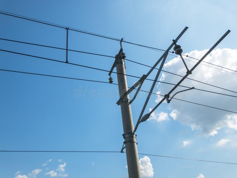 Ηλεκτρικό παράλληλο εναέριο γραμμή ή καλώδιο σιδηροδρόμων για να διαβιβάσει την ηλεκτρική ενέργεια για να εκπαιδεύσει ή την ατμομ στοκ εικόνα