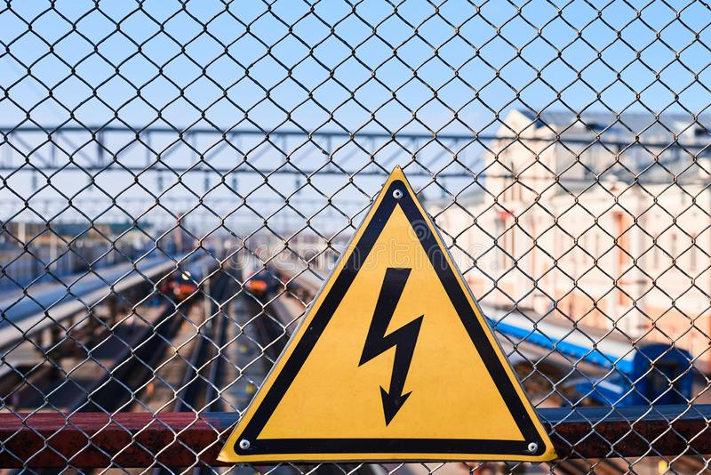 Ηλεκτρικό σημάδι κινδύνου Αστραπή κίτρινο στενό σε επάνω υποβάθρου Ηλεκτρική ενέργεια υψηλής τάσης σε έναν σιδηροδρομικό σταθμό στοκ εικόνες με δικαίωμα ελεύθερης χρήσης