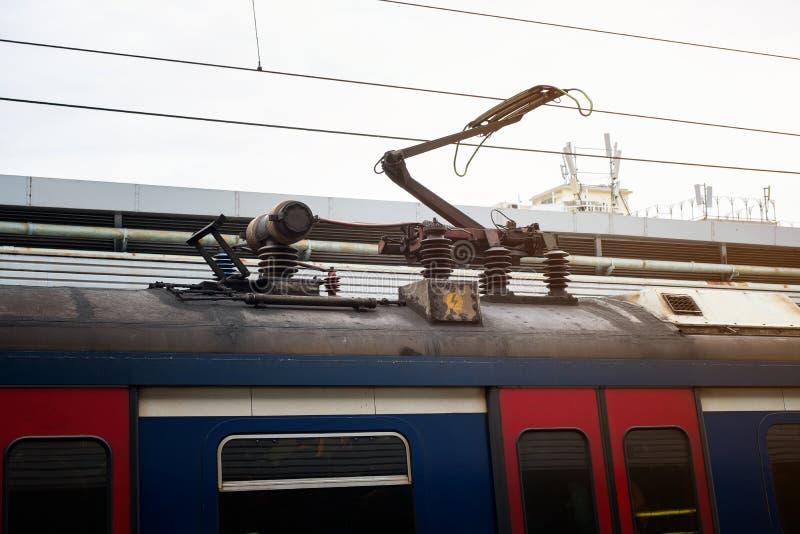 Ηλεκτρικό σύστημα ηλέκτρισης σιδηροδρόμων πόλων καροτσακιών τραίνων, υπερυψωμένο σύστημα στοκ εικόνα με δικαίωμα ελεύθερης χρήσης