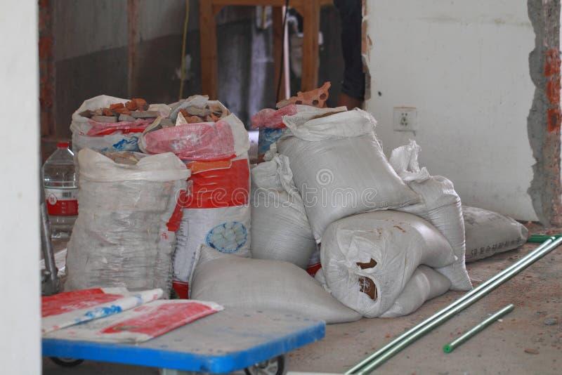 Ηλεκτρολογική εργασία ανακαίνισης, πλήρεις τσάντες συντριμμιών αποβλήτων κατασκευής στοκ εικόνες
