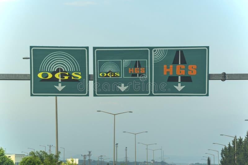 Ηλεκτρονικά σημάδια συστημάτων συλλογής φόρου στην εθνική οδό του δρόμου φόρου στην επαρχία Adana της χώρας της Τουρκίας στοκ εικόνες