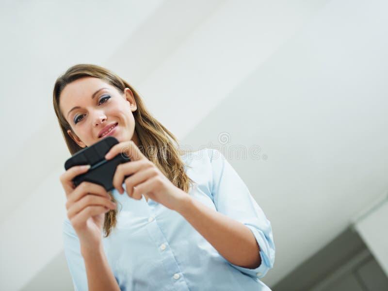 Ηλεκτρονικά ταχυδρομεία ανάγνωσης γυναικών στοκ φωτογραφία