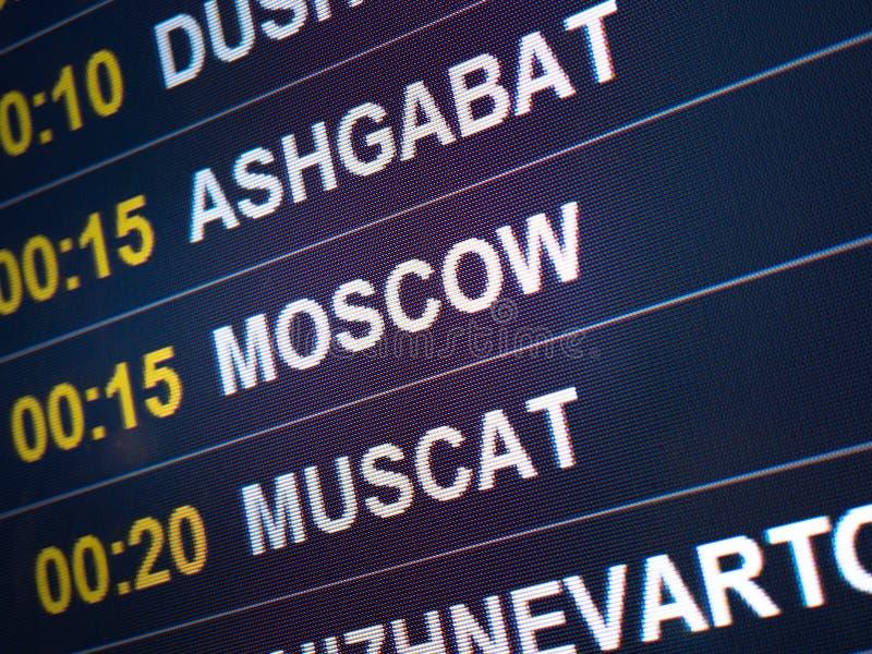 Ηλεκτρονικές πτήσεις και αερογραμμές πινάκων βαθμολογίας Προορισμοί: Ashgabat, Μόσχα, Muscat Άφιξη πληροφοριών πτήσης αερολιμένων στοκ φωτογραφίες