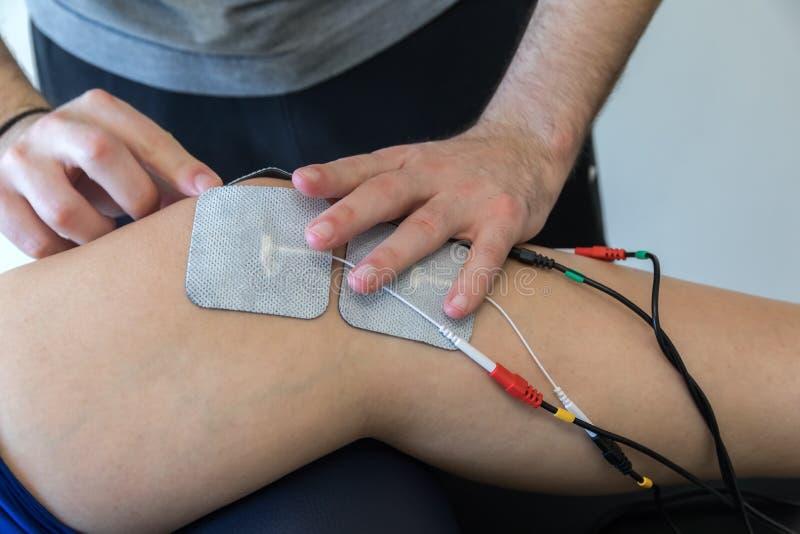 Ηλεκτρονική θεραπεία στο γόνατο που χρησιμοποιείται για να μεταχειριστεί τον πόνο στοκ φωτογραφίες με δικαίωμα ελεύθερης χρήσης