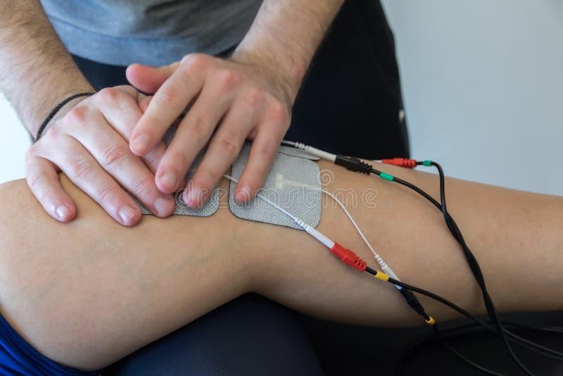 Ηλεκτρονική θεραπεία στο γόνατο που χρησιμοποιείται για να μεταχειριστεί τον πόνο στοκ εικόνες με δικαίωμα ελεύθερης χρήσης