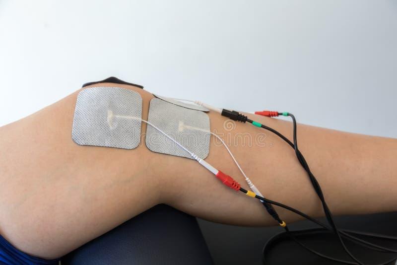 Ηλεκτρονική θεραπεία στο γόνατο που χρησιμοποιείται για να μεταχειριστεί τον πόνο στοκ εικόνες
