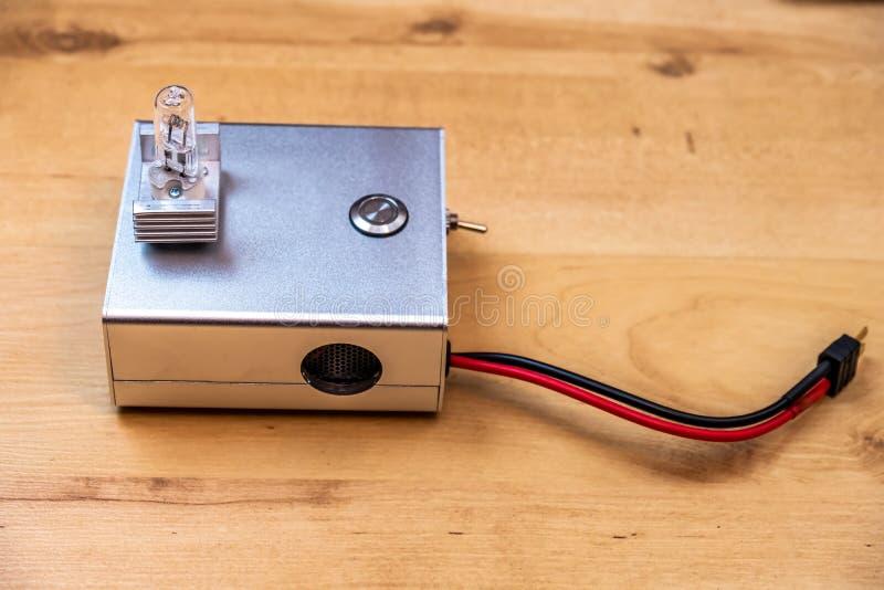 Ηλεκτρονική μονάδα με το λαμπτήρα αλόγονου στις μπαταρίες LiPo κύκλων στοκ φωτογραφία με δικαίωμα ελεύθερης χρήσης