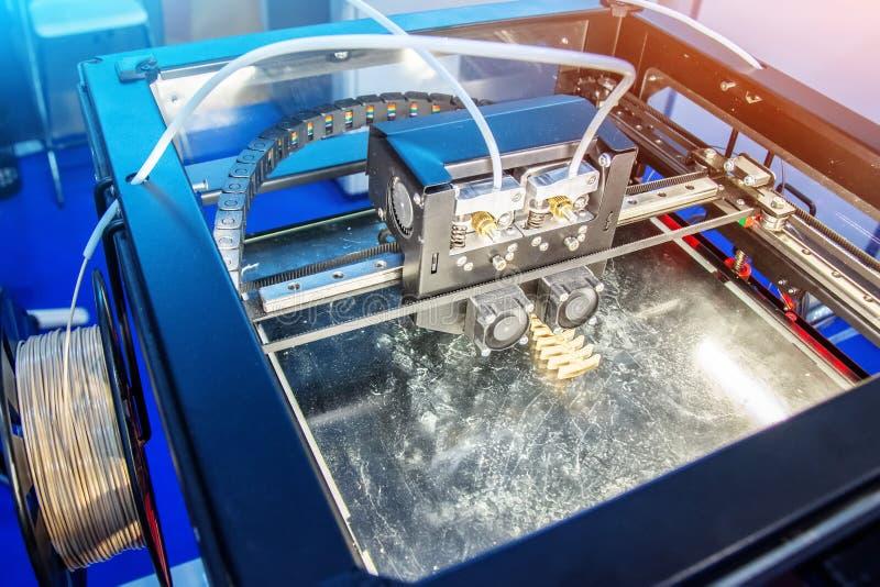 Ηλεκτρονικός διαστατικός πλαστικός εκτυπωτής κατά τη διάρκεια της εργασίας στο εργαστήριο, τρισδιάστατος εκτυπωτής, τρισδιάστατη  στοκ φωτογραφία με δικαίωμα ελεύθερης χρήσης