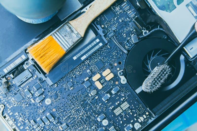 Ηλεκτρονικός πίνακας ελέγχου, PC lap-top επισκευών, υπολογιστής και μητρική κάρτα Εγκαθιστά τον εξοπλισμό ΚΜΕ με τη βούρτσα στοκ εικόνα με δικαίωμα ελεύθερης χρήσης