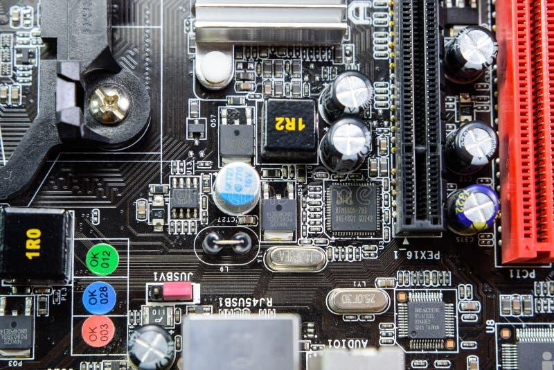 Ηλεκτρονικός πίνακας με τα ηλεκτρικά συστατικά Ηλεκτρονική του εξοπλισμού υπολογιστών στοκ φωτογραφίες