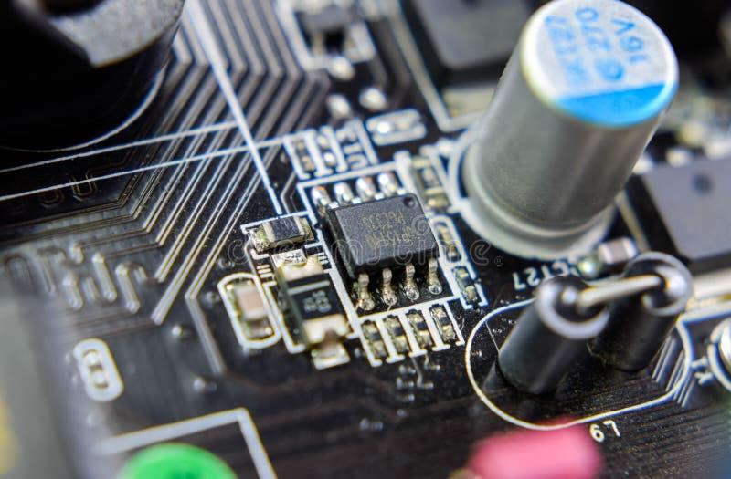 Ηλεκτρονικός πίνακας με τα ηλεκτρικά συστατικά Ηλεκτρονική του υπολογιστή στοκ εικόνα με δικαίωμα ελεύθερης χρήσης
