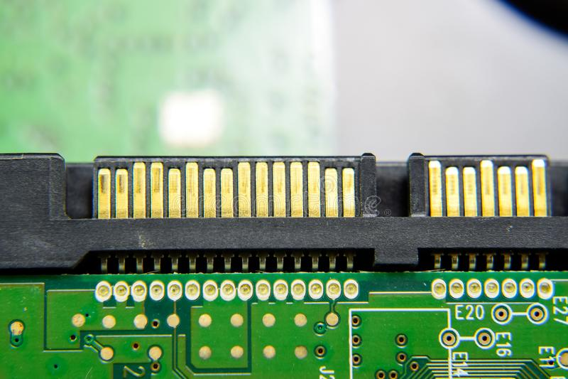 Ηλεκτρονικός πίνακας συνδετήρων κίνησης Sata σκληρός με τα ηλεκτρικά συστατικά Ηλεκτρονική του εξοπλισμού υπολογιστών στοκ φωτογραφίες