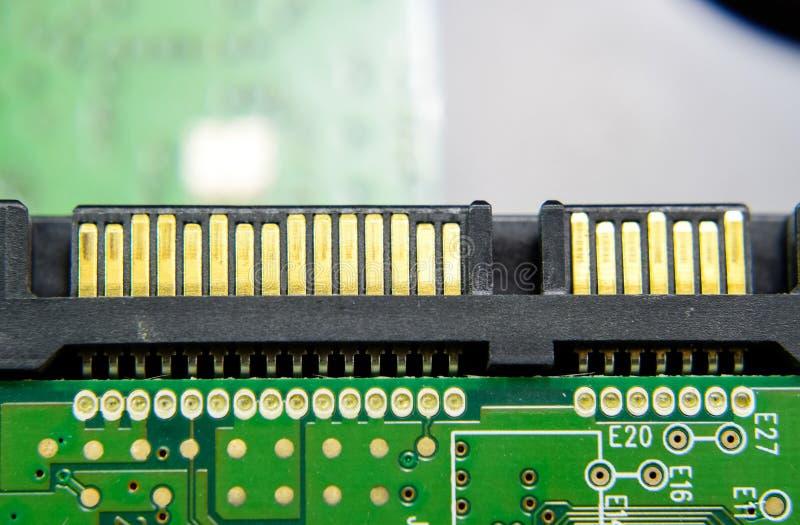 Ηλεκτρονικός πίνακας συνδετήρων κίνησης Sata σκληρός με τα ηλεκτρικά συστατικά Ηλεκτρονική του υπολογιστή στοκ φωτογραφία με δικαίωμα ελεύθερης χρήσης