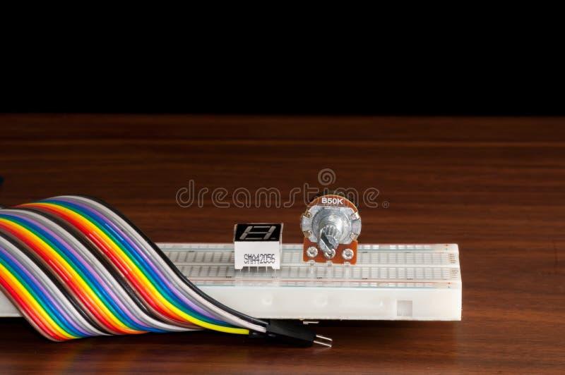 Ηλεκτρονικός πίνακας Breadboardwith μερικά συστατικά και καλώδια στο τ στοκ φωτογραφία