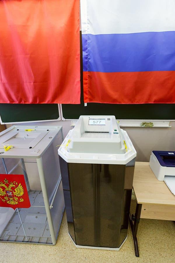 Ηλεκτρονικό κάλπη με τον ανιχνευτή σε έναν σταθμό ψηφοφορίας που χρησιμοποιείται για τις ρωσικές προεδρικές εκλογές στις 18 Μαρτί στοκ εικόνα