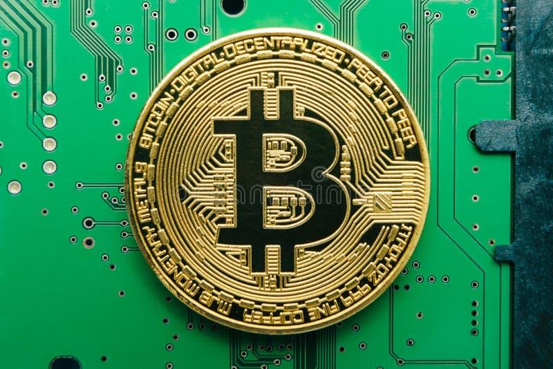 Ηλεκτρονικό crypto νόμισμα bitcoin σε ένα υπόβαθρο πινάκων κυκλωμάτων υπολογιστών στοκ φωτογραφία με δικαίωμα ελεύθερης χρήσης
