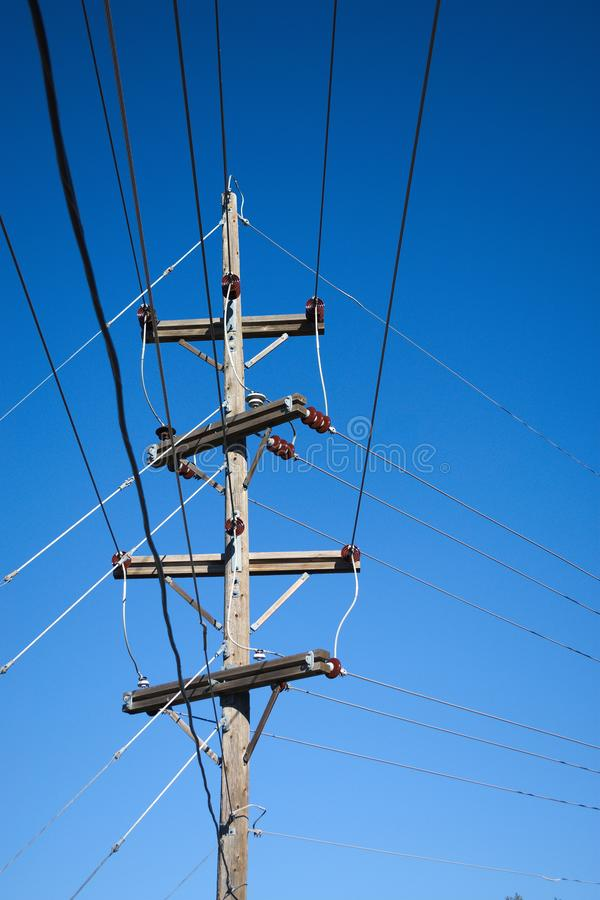 Ηλεκτροφόρα καλώδια, μονωτής, ξύλινος πόλος στοκ φωτογραφίες με δικαίωμα ελεύθερης χρήσης