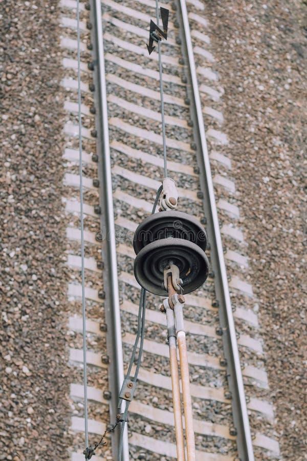 Ηλεκτροφόρο καλώδιο κάτω από τους είναι η διαδρομή σιδηροδρόμων Κινηματογράφηση σε πρώτο πλάνο έχετε τον τονισμό στοκ εικόνες