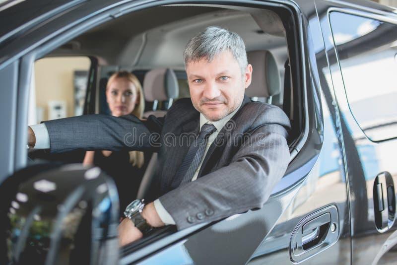 Ηλεκτρο αυτοκίνητο νέας γενιάς δοκιμής ανδρών και γυναικών στοκ φωτογραφία
