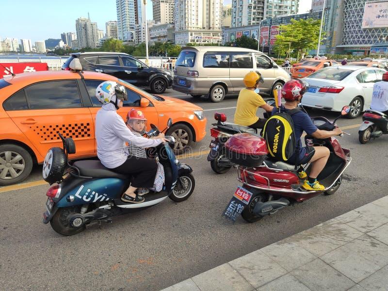 Ηλεκτρο μοτοποδήλατα με τους ανθρώπους στην οδό στοκ φωτογραφία με δικαίωμα ελεύθερης χρήσης