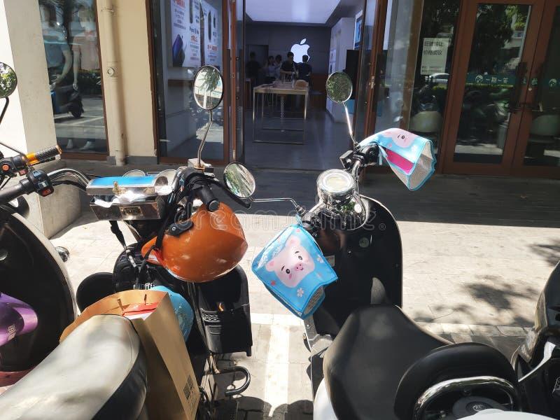 Ηλεκτρο μοτοποδήλατα όμορφα με τα κινούμενα σχέδια στοκ φωτογραφία με δικαίωμα ελεύθερης χρήσης