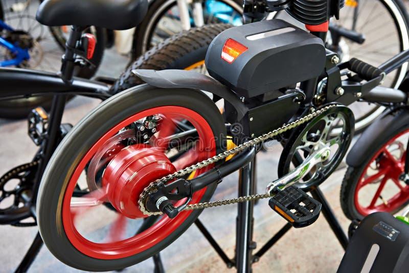 Ηλεκτρο ποδήλατο στο πεδίο δοκιμών στο κατάστημα στοκ εικόνες