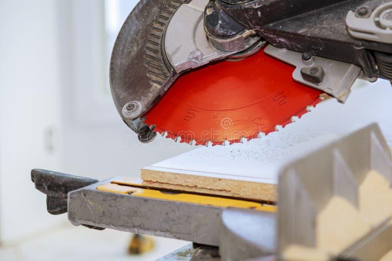 Ηλεκτρο πριόνι για την κοπή της ξύλινης ξύλινης σανίδας ραφιών στοκ φωτογραφία με δικαίωμα ελεύθερης χρήσης