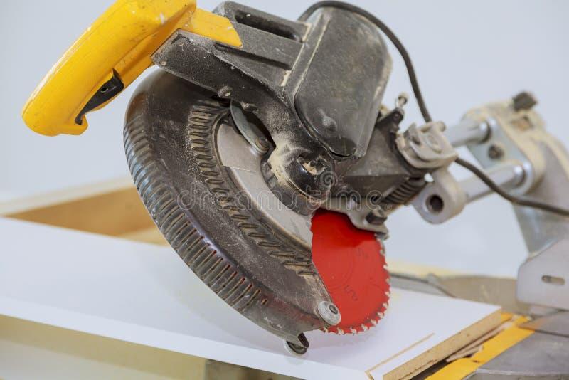 Ηλεκτρο πριόνι για την κοπή των ξύλινων ραφιών στοκ φωτογραφία με δικαίωμα ελεύθερης χρήσης