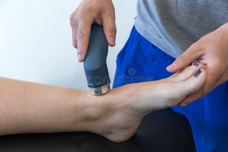 Ηλεκτρο υποκίνηση που χρησιμοποιείται για να μεταχειριστεί τον πόνο, τραυματισμοί μυών, πίεση στοκ εικόνα με δικαίωμα ελεύθερης χρήσης