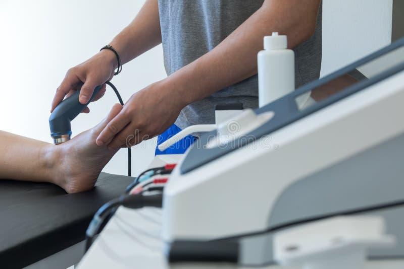 Ηλεκτρο υποκίνηση που χρησιμοποιείται για να μεταχειριστεί τον πόνο, τραυματισμοί μυών, πίεση στοκ φωτογραφία με δικαίωμα ελεύθερης χρήσης