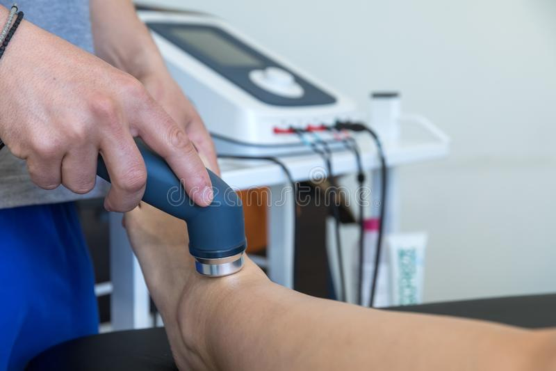 Ηλεκτρο υποκίνηση που χρησιμοποιείται για να μεταχειριστεί τον πόνο, τραυματισμοί μυών, πίεση στοκ φωτογραφίες