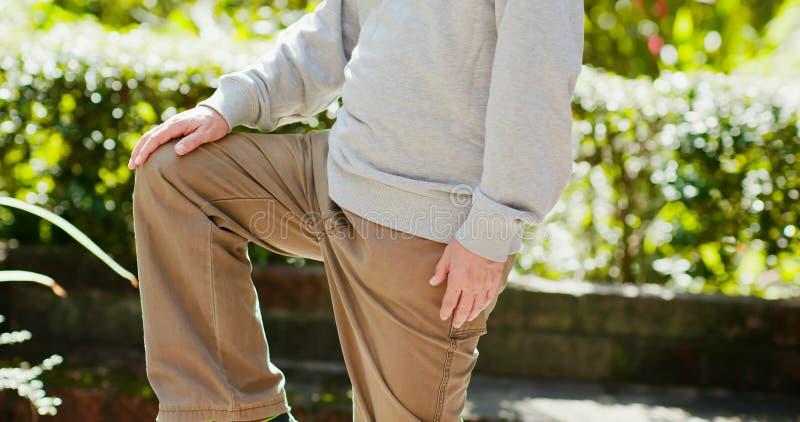 Ηληκιωμένος με το γόνατο υγείας στοκ εικόνα με δικαίωμα ελεύθερης χρήσης
