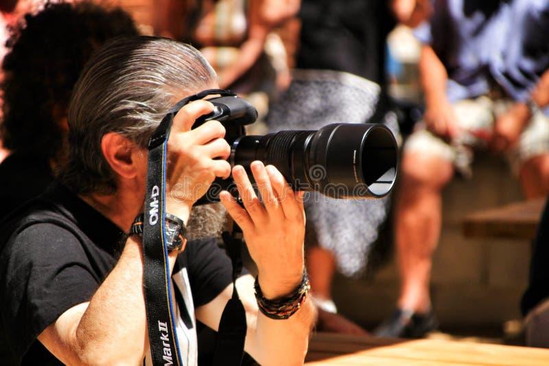 Ηληκιωμένος που εργάζεται ως φωτογράφος στοκ εικόνες