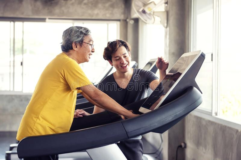 Ηληκιωμένος που οργανώνεται treadmill με τον εγγονό στοκ φωτογραφία με δικαίωμα ελεύθερης χρήσης