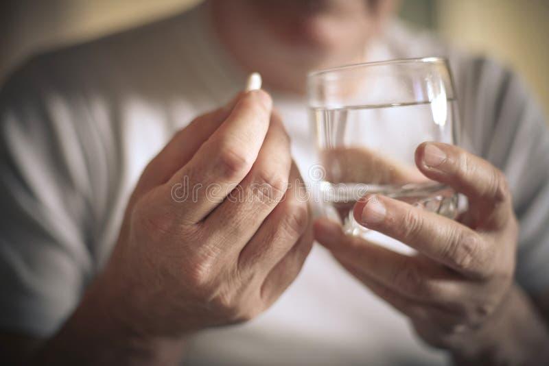 Ηληκιωμένος που παίρνει ένα χάπι στοκ φωτογραφία με δικαίωμα ελεύθερης χρήσης