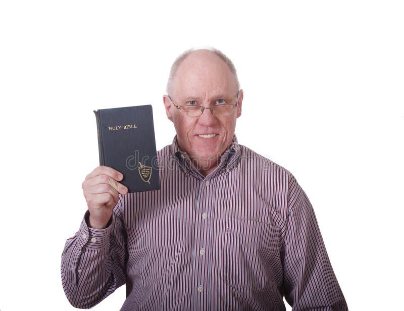 Ηληκιωμένος στη ριγωτή Βίβλο εκμετάλλευσης πουκάμισων στοκ φωτογραφία με δικαίωμα ελεύθερης χρήσης