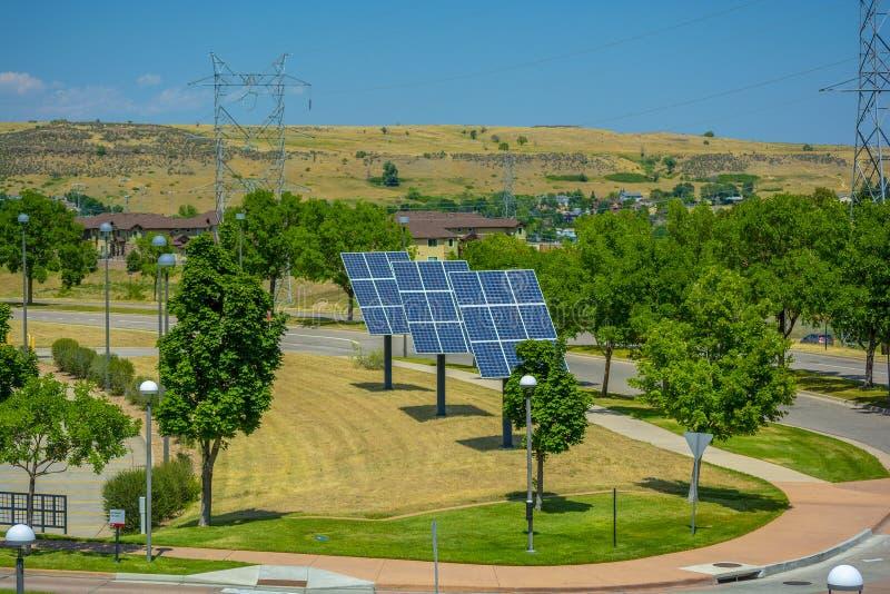 Ηλιακά πλαίσια από μια οδό σε μια κατοικήσιμη περιοχή με τις γραμμές υψηλής τάσης στο υπόβαθρο στοκ εικόνες