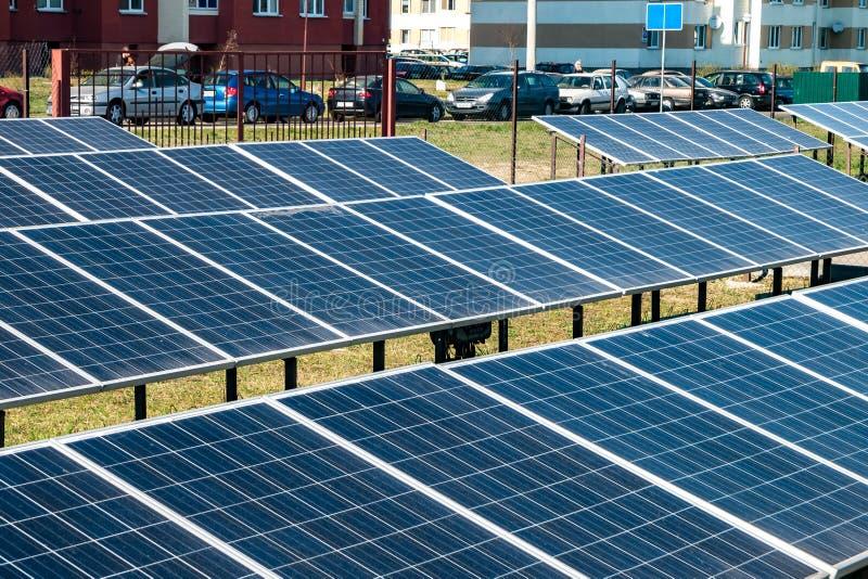 Ηλιακά πλαίσια κοντά στο κατοικημένο τέταρτο της πόλης Ανανεώσιμη ηλιακή ενέργεια στοκ εικόνες