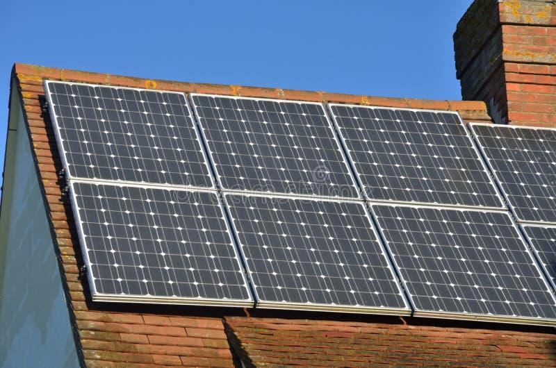 Ηλιακά πλαίσια στη στέγη σπιτιών στοκ φωτογραφία με δικαίωμα ελεύθερης χρήσης