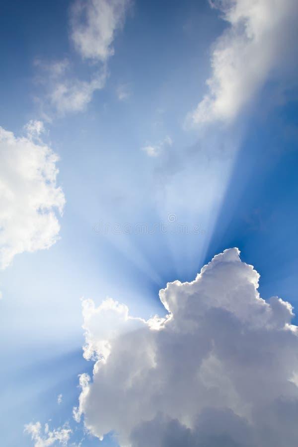Ηλιακές ακτίνες που διαπερνούν το σύννεφο στοκ φωτογραφία με δικαίωμα ελεύθερης χρήσης