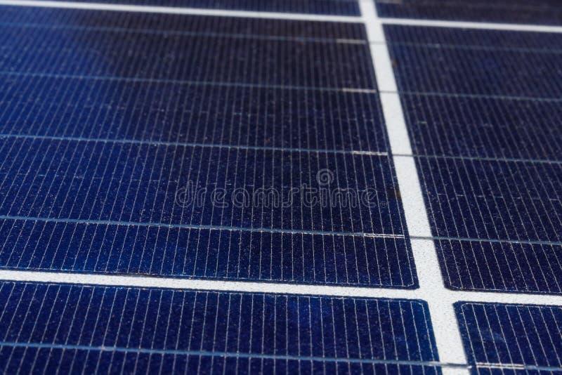 Ηλιακές θερμικές επίπεδες οθόνες Πολλές επιχειρήσεις εγκαθιστούν τις ανανεωμένες πηγές ενέργειας για να μειώσουν το ίχνος Ι άνθρα στοκ φωτογραφία με δικαίωμα ελεύθερης χρήσης