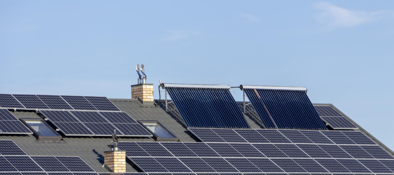 Ηλιακή εγκατάσταση για την παραγωγή της πράσινης θέρμανσης ηλεκτρικής ενέργειας και νερού στη στέγη ενός κατοικημένου σπιτιού κον στοκ φωτογραφίες με δικαίωμα ελεύθερης χρήσης